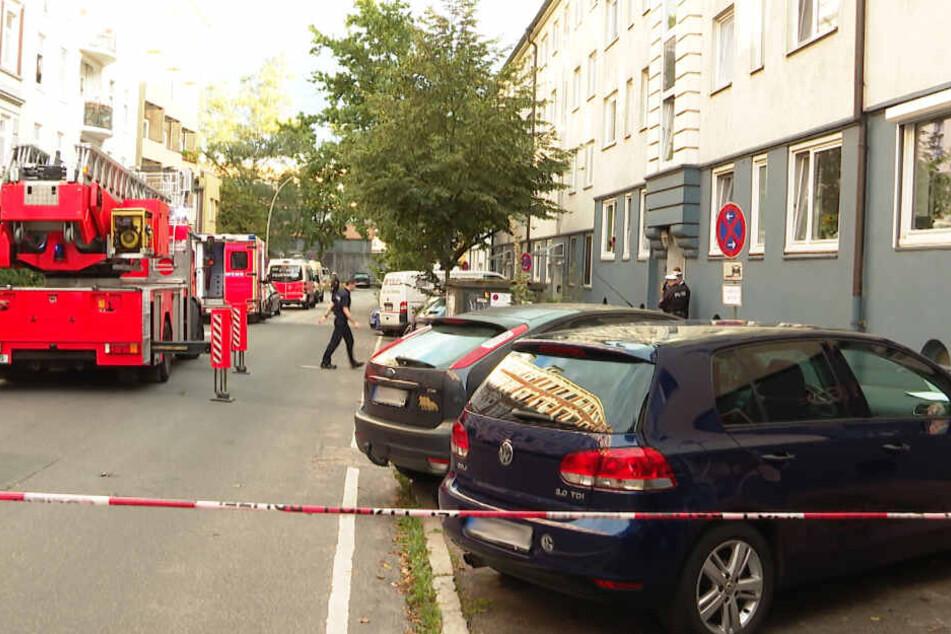 Der Tatort rund um das Mehrfamilienhaus wurde abgesperrt.