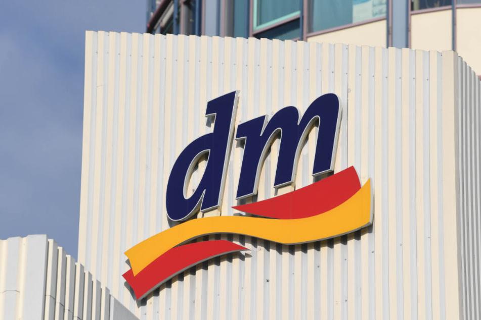 """""""dm"""" ist mit rund 3500 Filialen und 59.000 Mitarbeitern der größte Drogeriekonzern Europas."""
