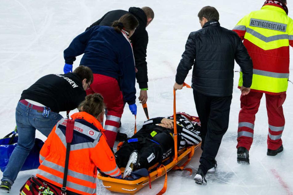 Nach dem Zusammenstoß mit einem Spieler wurde Linienrichter Andreas Kowert mit einer Trage vom Spielfeld getragen.