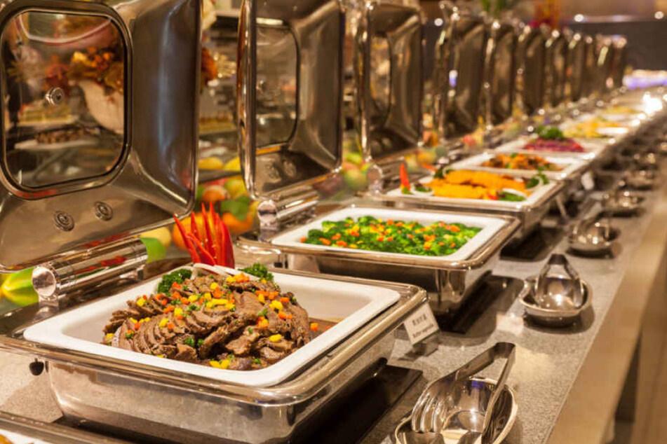 Das Buffet im Hotel sieht meist verlockend aus. Bei rohem Fleisch sollte man jedoch sehr vorsichtig sein. (Symbolbild)