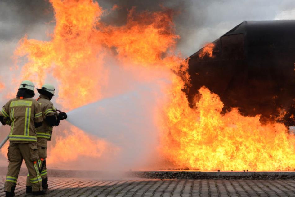 Die Berliner Feuerwehr bei Löschübungen am Brandsimulator am Flughafen Schönefeld.