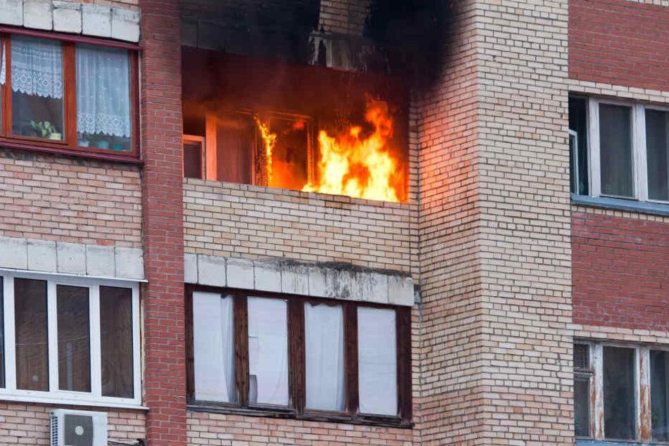 Der Brand machte die Wohnung der Eltern unbewohnbar (Symbolbild).