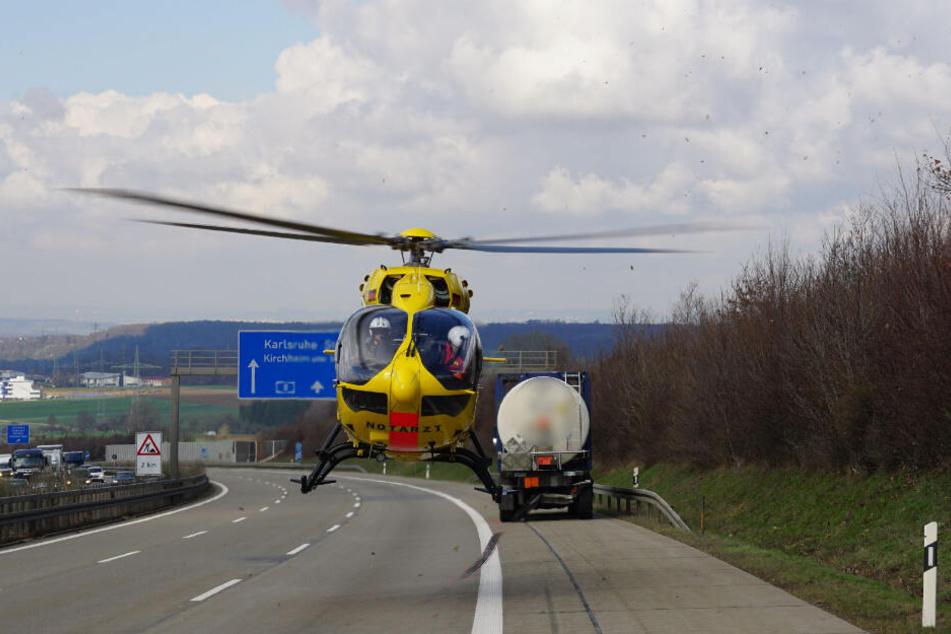 Ein Rettungshubschrauber landet auf der Autobahn.