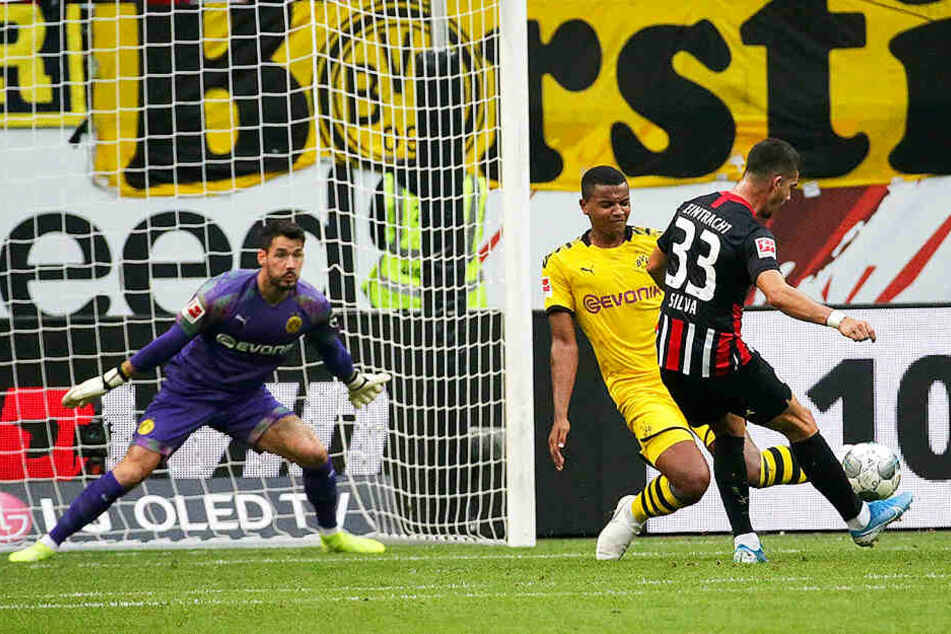 Der Frankfurter Ausgleich: André Silva schlenzt den Ball an Manuel Akanji (M.) und BVB-Keeper Roman Bürki (l.) vorbei zum 1:1 ins Tor.
