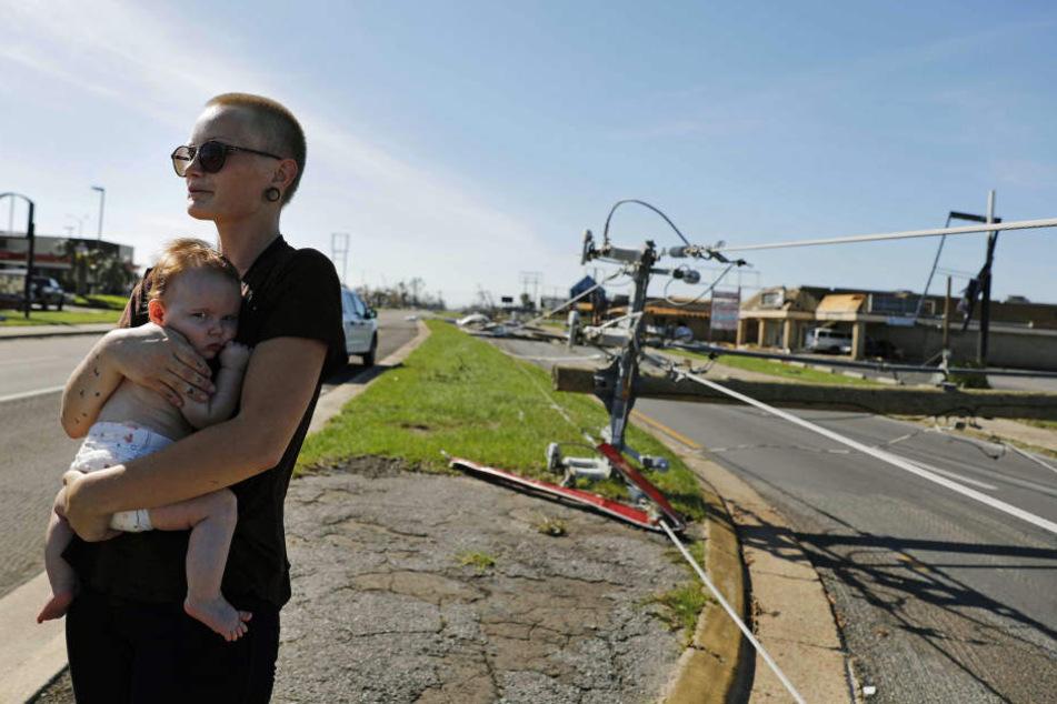 Kylie Strampe steht an einer Straße in Callaway und hält ihre vier Monate alte Tochter Lola auf dem Arm.