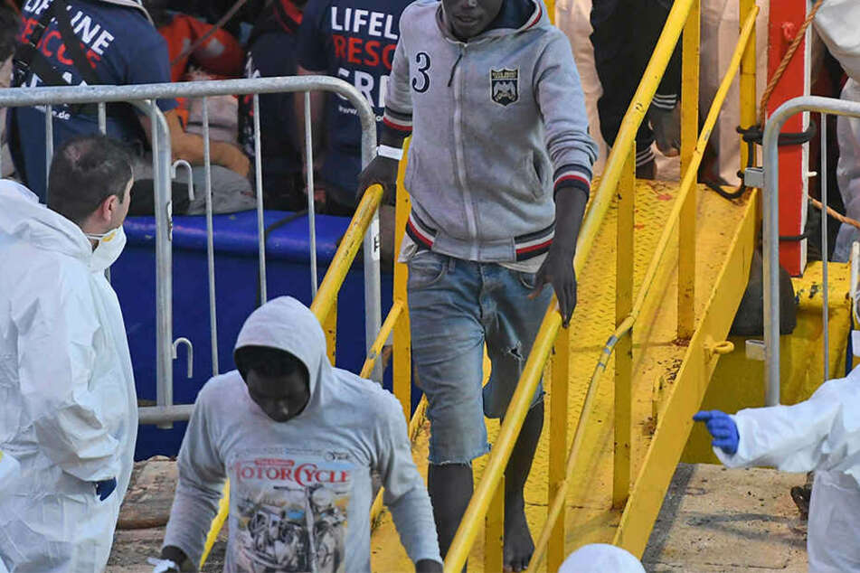 """Rund 230 Migranten kamen vor rund einer Woche mit der """"Lifeline"""" auf Malta an. Einige verlassen die Insel nun wieder."""