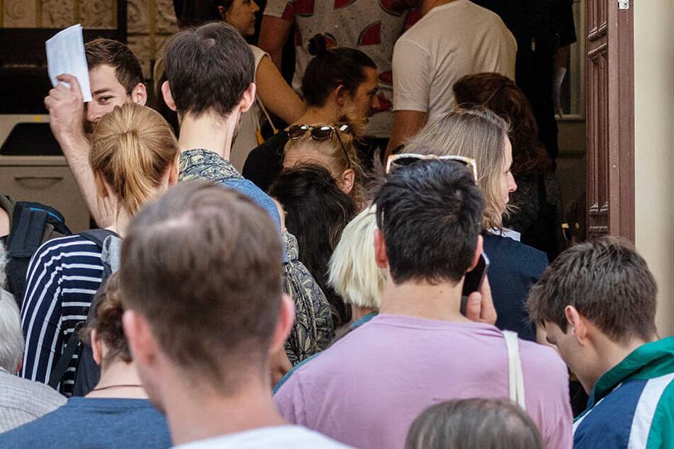 Andrang bis 18 Uhr: Wähler stehen vor der Stimmabgabe zu den Europa- und Kommunalwahlen in Sachsen vor einem Wahllokal in einer Schule in der Dresdner Neustadt an.