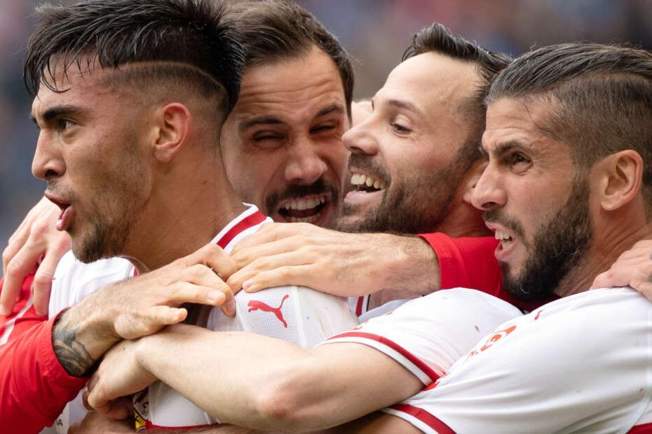 Stuttgarts Nicolas Gonzalez (l-r), Torwart Jens Grahl, Gonzalo Castro und Emiliano Insua freuen sich nach dem 1:0.