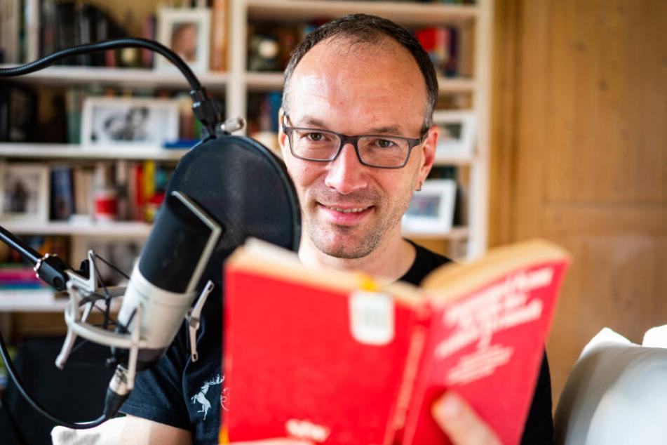 Informatiker Toby Baier liest aus einem Buch vor.