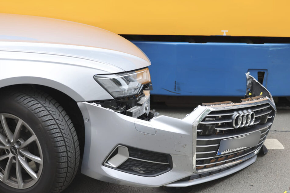Am Auto und an der Tram entstand Sachschaden.