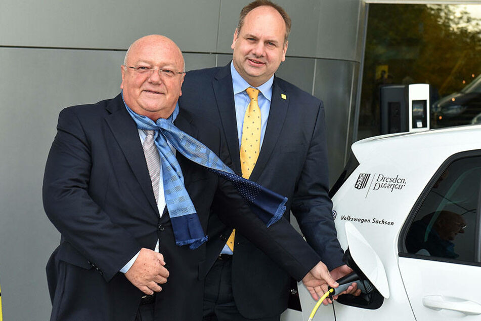 Siegfried Fiebig (61), Sprecher der Geschäftsführung von Volkswagen Sachsen,  und Dresdens Oberbürgermeister Dirk Hilbert (45, FDP).
