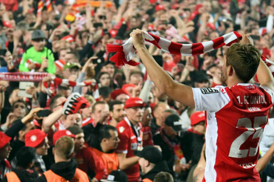 Christopher Lenz jubelt nach dem Spiel mit den Fans.