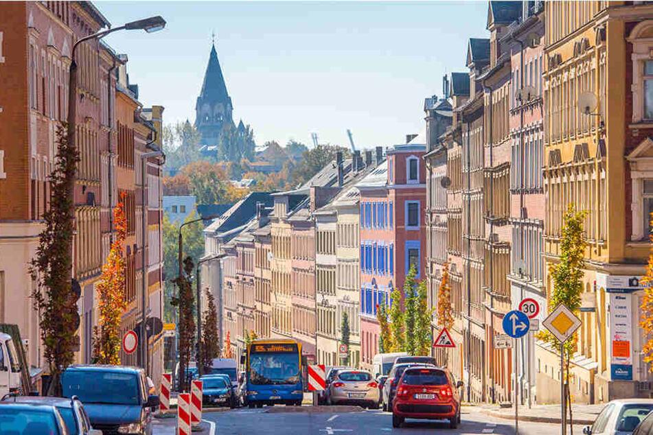 Die Zietenstraße zieht sich quer über den Sonnenberg. Sie wird flankiert von renovierten Häusern mit historischen Fassaden, wurde mit Tempo 30 auch verkehrsberuhigt.
