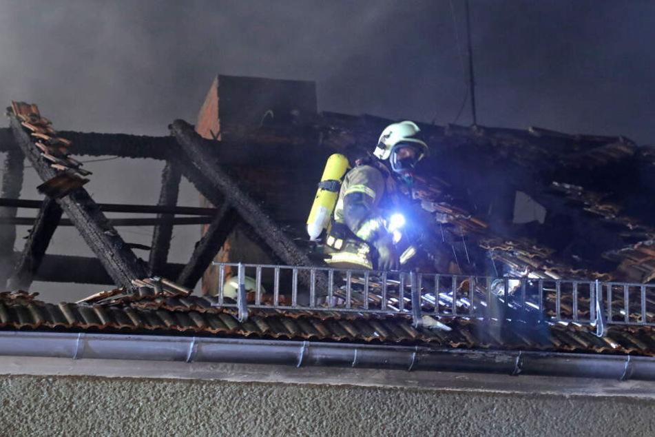 Die Kameraden der Freiwilligen Feuerwehren mussten das Dach vollständig öffnen, um den Brand ganz löschen zu können.