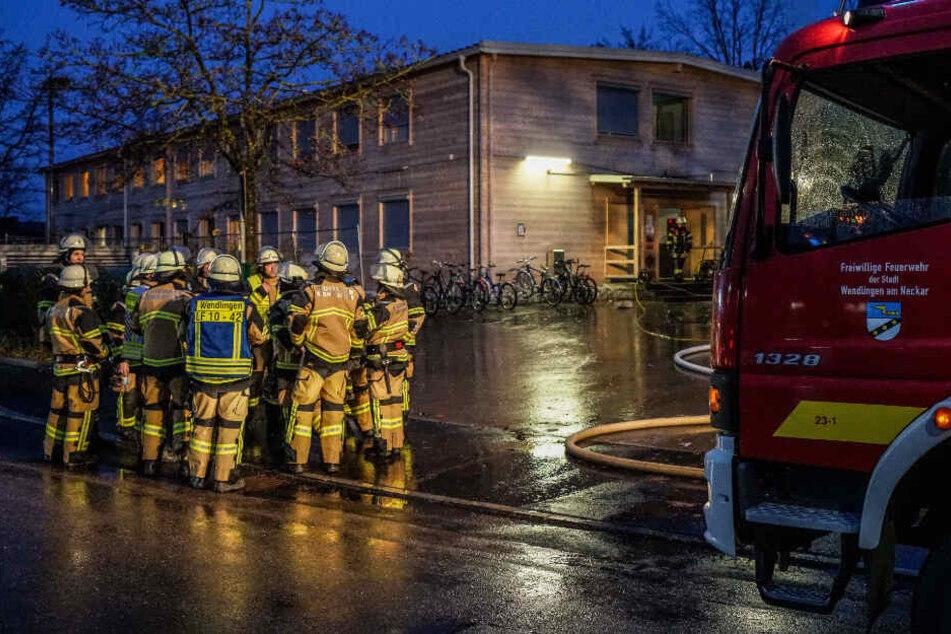 Feuerwehrleute vor der Unterkunft.