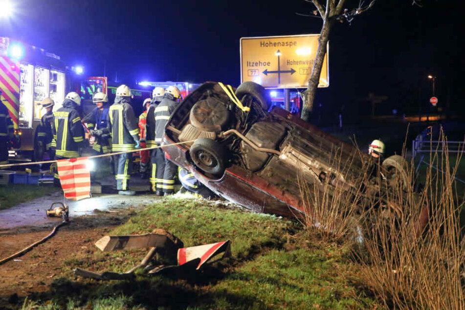 Die Feuerwehr sicherte das Fahrzeug während des Einsatzes mit Seilen ab.