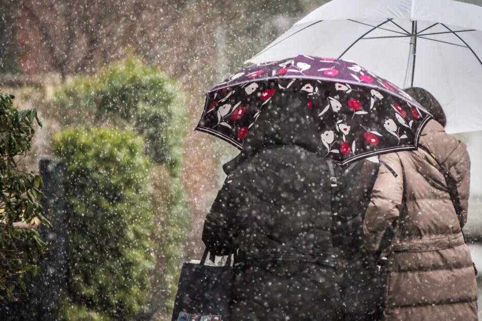 In Hessen braucht man in den kommenden Tagen wohl wieder des Öfteren einen Regenschirm (Symbolbild).