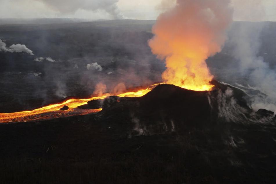 Tourist klettert über Absperrung und fällt in Vulkan, dann passiert ein Wunder