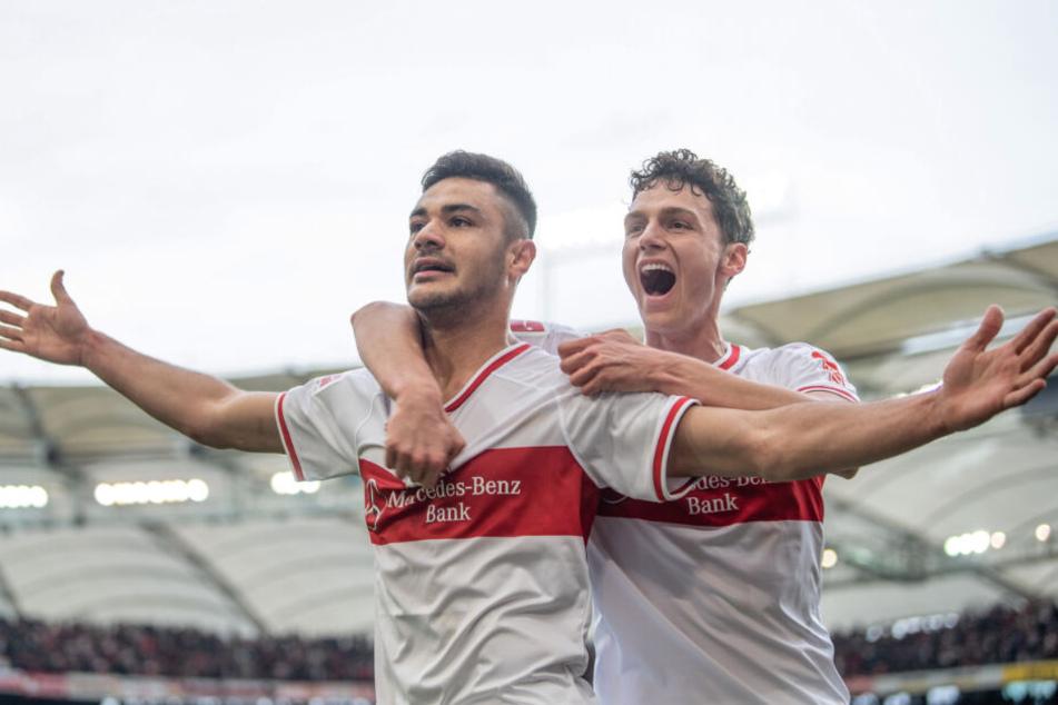Bejubelt seinen Treffer zum 3:0 gegen Hannover mit Verteidiger-Kollege Benjamin Pavard (r.): Ozan Kabak (l.).