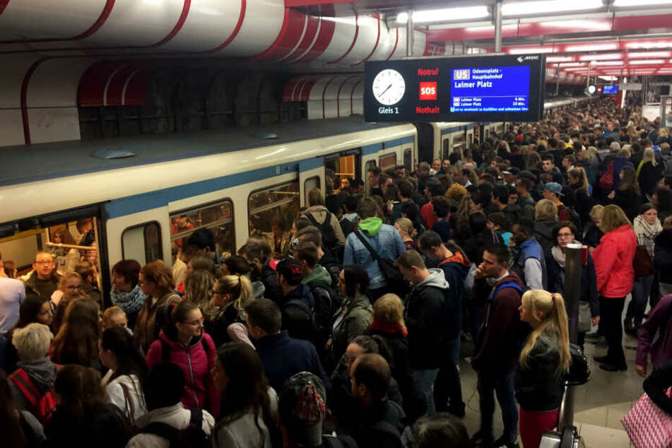 Jeder Morgen das Gleiche: Pendler drängen am Ostbahnhof in eine einfahrende U-Bahn.