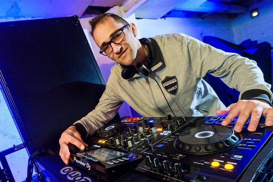 Swen Steller (41) alias DJ Ollerganove an seinem DJ Pult. Er organisiert das erste DJ-Treffen in Chemnitz.