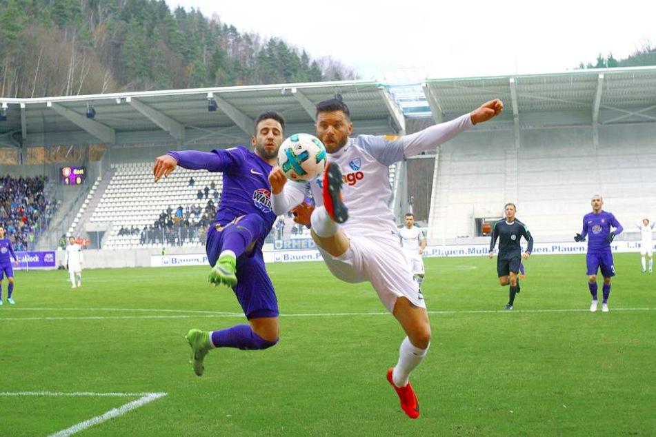 Calogero Rizzuto (l.) im Zweikampf mit dem Bochumer Tim Hoggland.