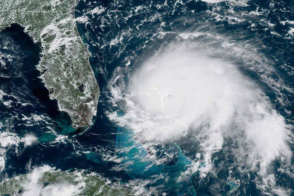 """Dieses von der """"National Oceanic and Atmospheric Administration"""" (NOAA) zur Verfügung gestellte Satellitenbild zeigt Hurrikan """"Dorian"""" , der sich über offene Gewässer im Atlantik bewegt."""