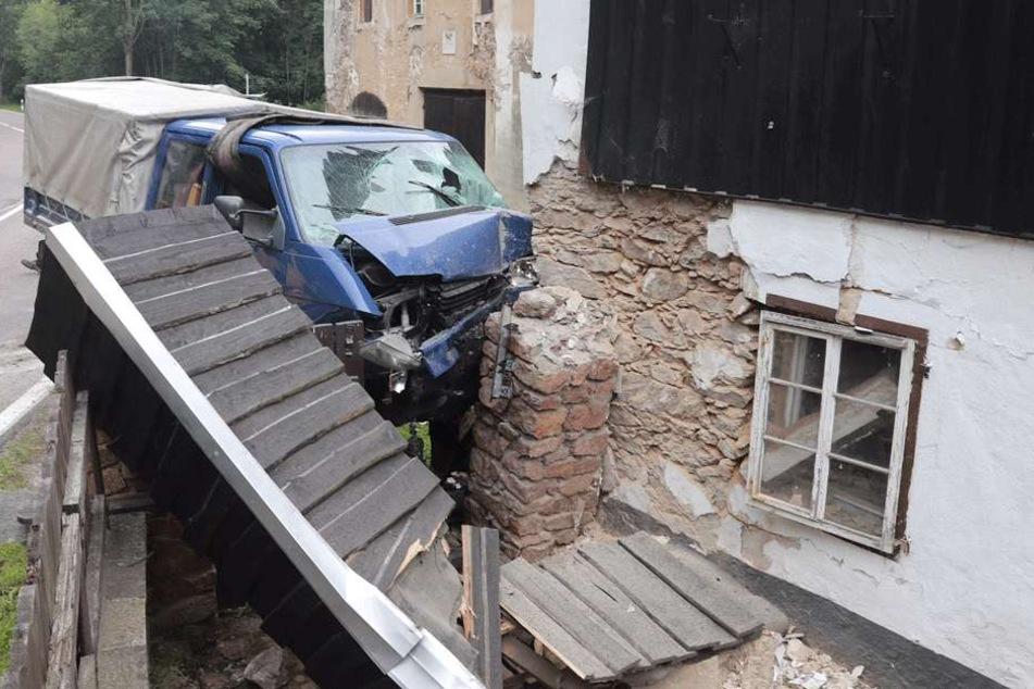 Der Mann (64) konnte sich aus seinem Fahrzeug nicht mehr selbst befreien.