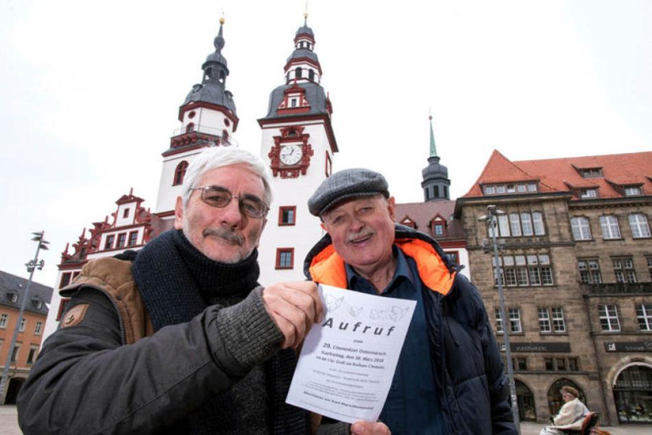 Einde O'Callaghan (66) und Hubert Gintschel (68, v.l.) auf dem Markt. Hier beginnt am Karfreitag der Ostermarsch.