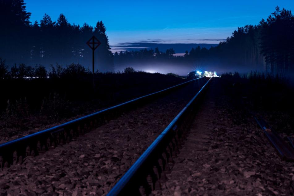 Bei Gleisarbeiten ist in der Nacht zum Donnerstag in Linz am Rhein ein Baufahrzeugder Bahn entgleist.