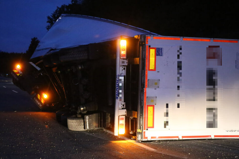Unfall auf A9: Papierlaster kippt mitten auf Autobahn um