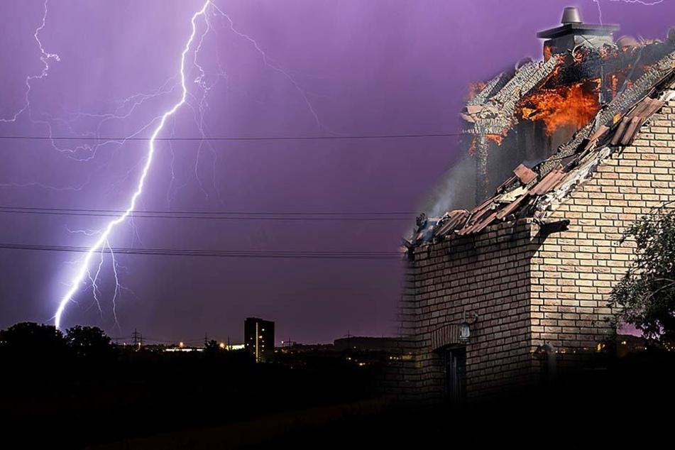 Der Dachstuhl des Hauses fing Feuer, als der Blitz einschlug. (Fotomontage/Symbolbild)