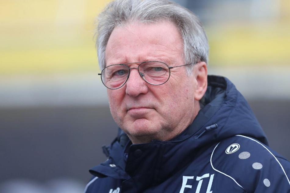 Angespannte Stimmung bei Lok-Trainer Rainer Liesiwicz (69). In der ersten Halbzeit fehlte es seiner Mannschaft an Biss.