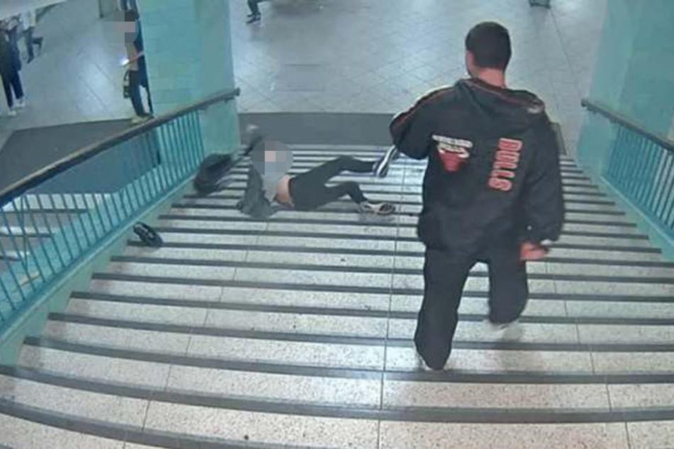 Am 11. Juni trat der 39-Jährigen einen Mann die Treppe runter. Dabei stürzte das Opfer und verletzte sich schwer.