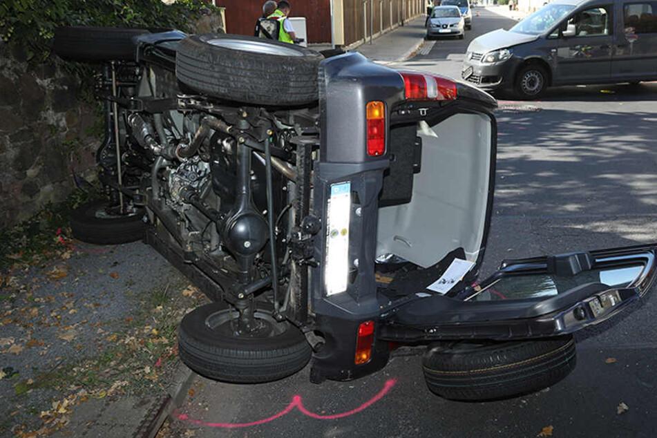 Vollsperrung nach Unfall in Radebeul: Crash zwischen VW Caddy und Suzuki