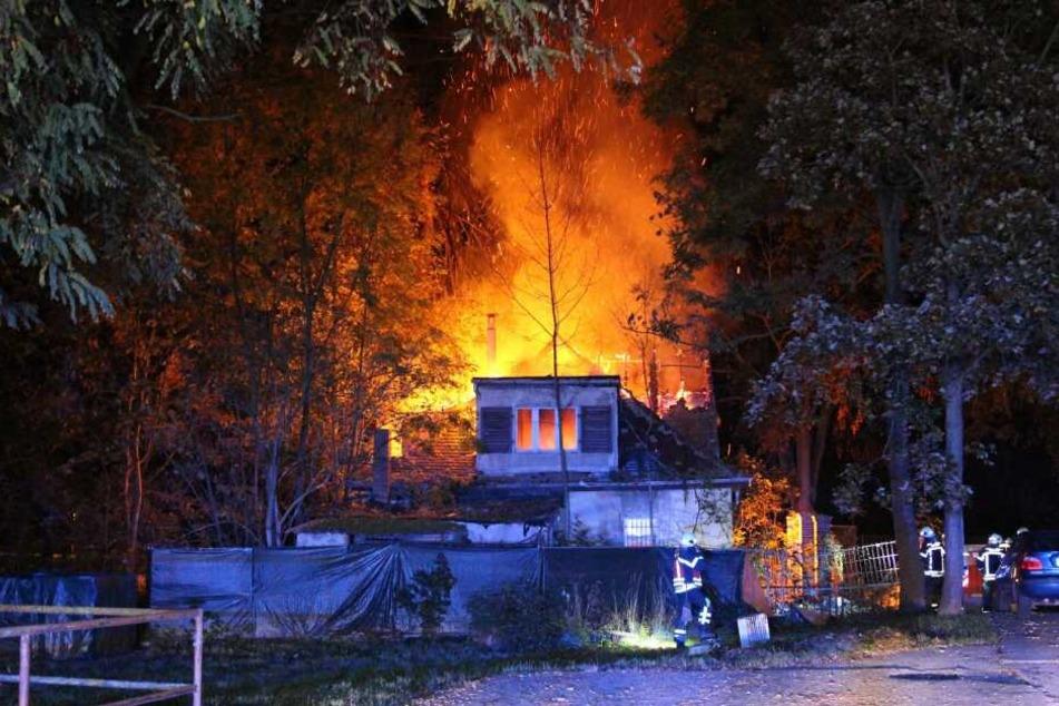Die Flammen schlugen aus dem Dach des Hauses.