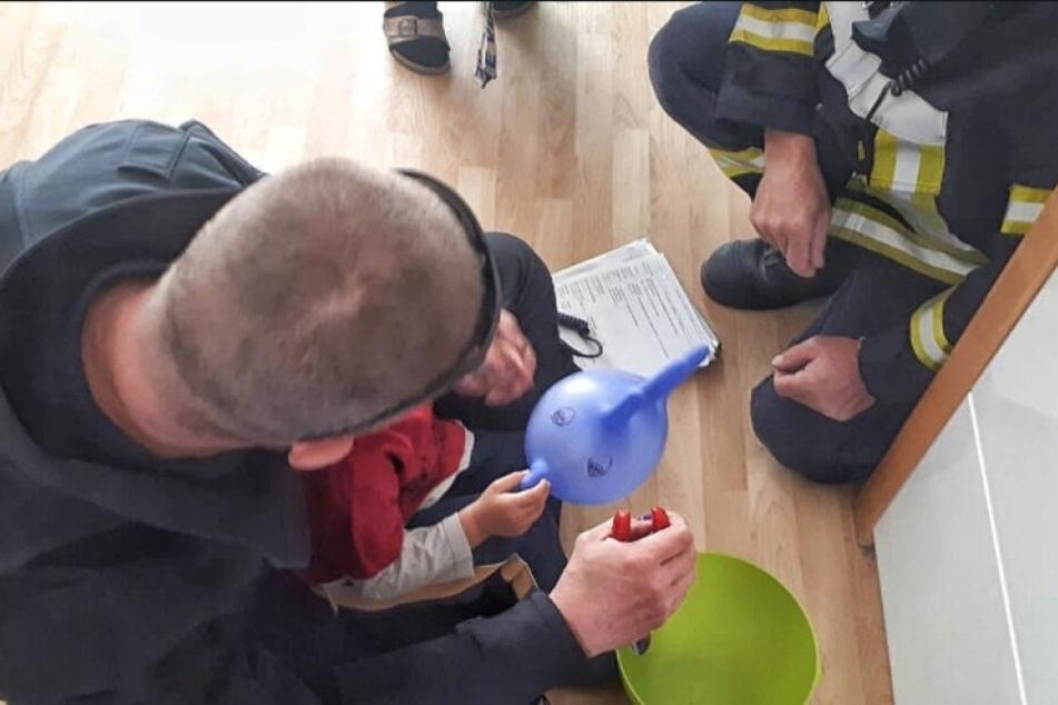 Die Feuerwehr half dem Kind aus seiner misslichen Lage.