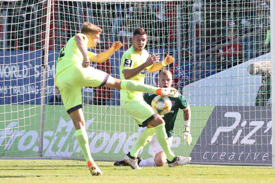 FSV-Spieler Elias Huth und Davy Frick verpassen das Tor vor Torhüter Nico.