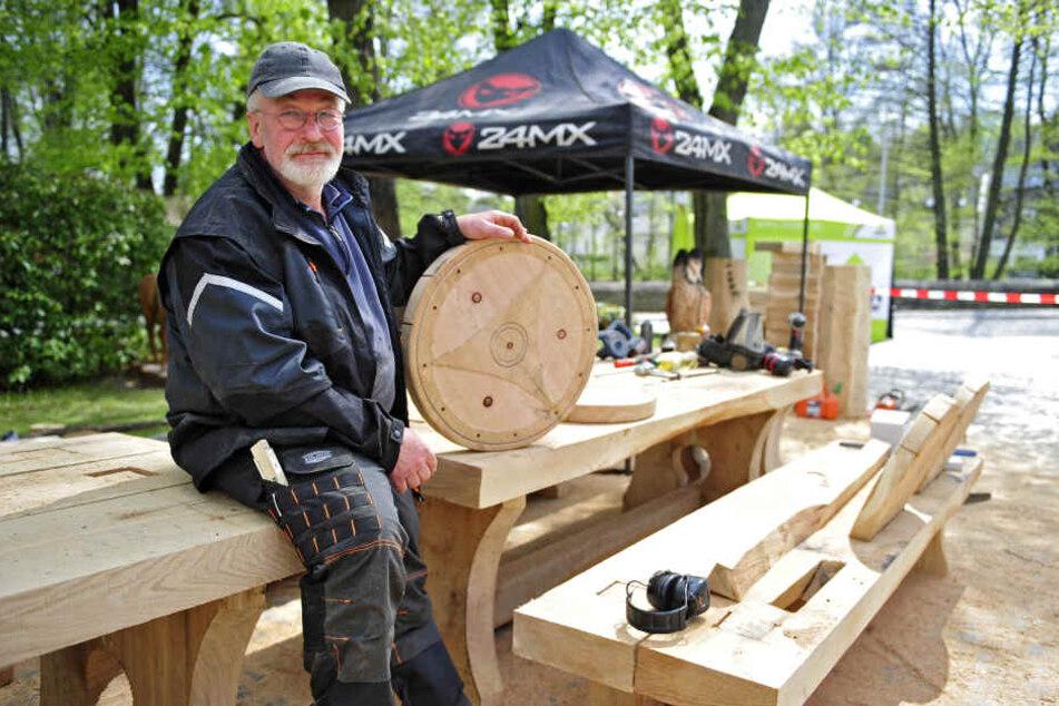 Möbel im Wikinger-Stil: Veranstaltungs-Initiator Peter Duus (60) zeigt die Hommage an die dänische Partnergemeinde.