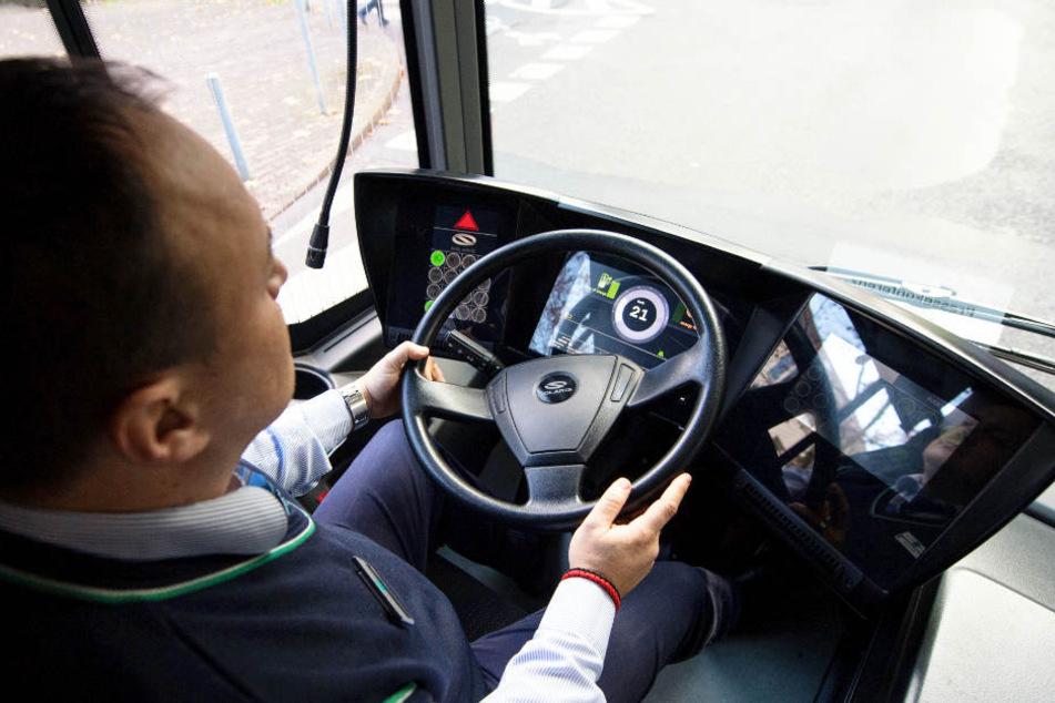 Um einen Crash zu vermeiden, stieg der Busfahrer in die Eisen. (Symbolbild)
