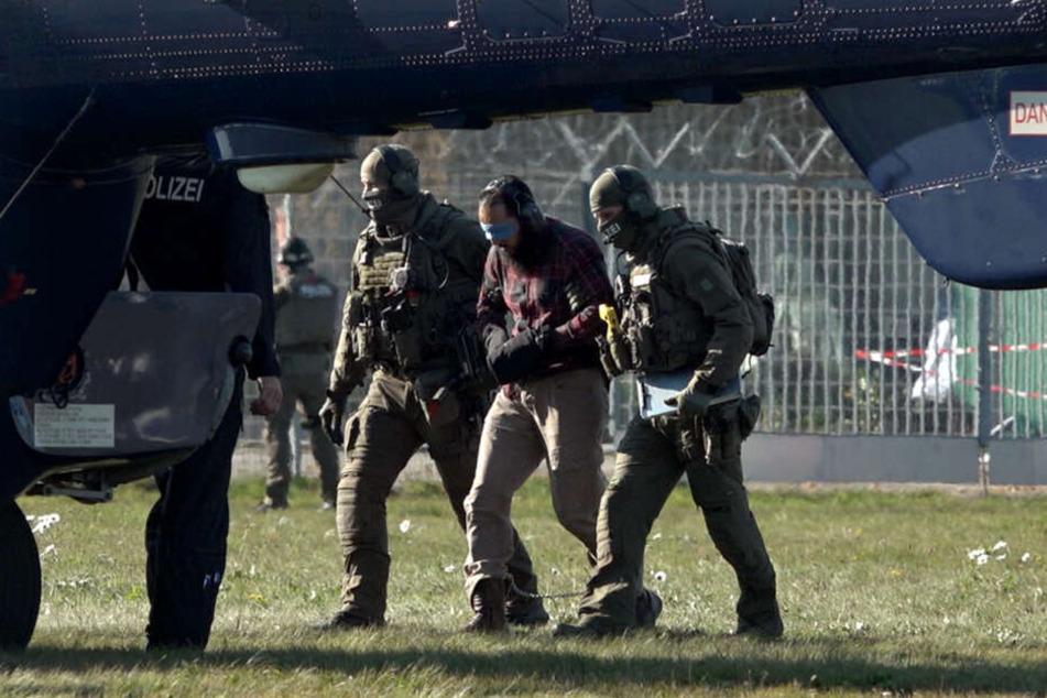 Der Terror-Helfer Mounir El Motassadeq (Mitte) wird auf dem Flughafen in Fuhlsbüttel in einen Hubschrauber der Bundespolizei gebracht.