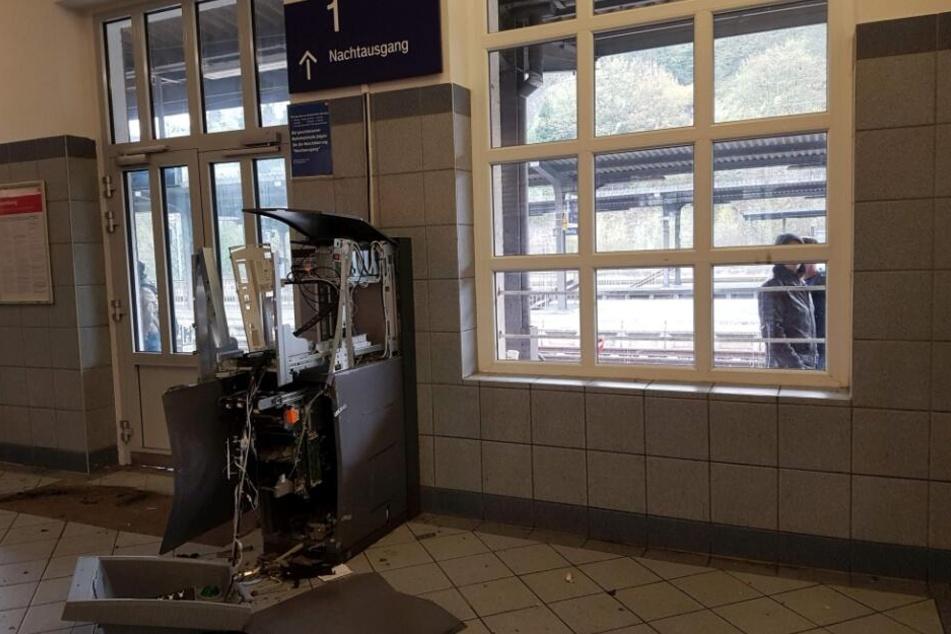 Der Geldautomat im Bahnhofsgebäude ist kaum noch als solcher auszumachen.