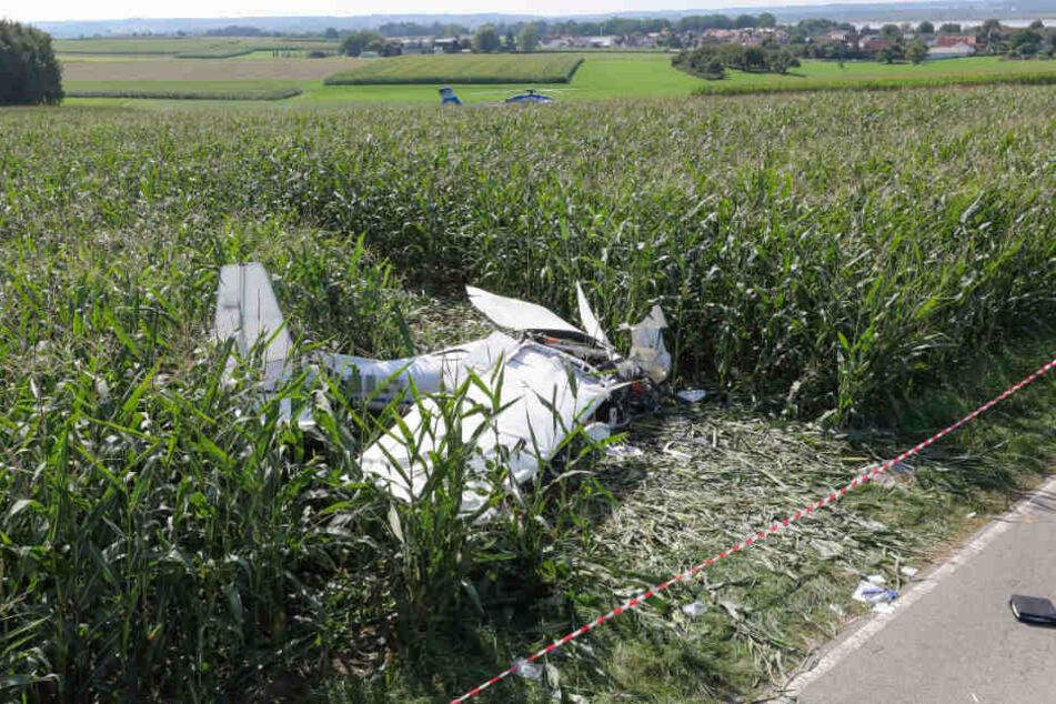 Der Pilot wurde schwer verletzt, eine Frau starb.