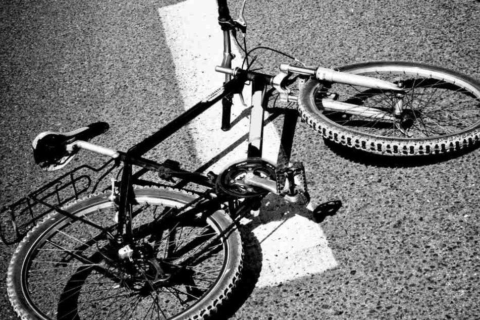 Die 60-jährige Radlerin starb am Montagmittag noch an der Unfallstelle. (Symbolbild)