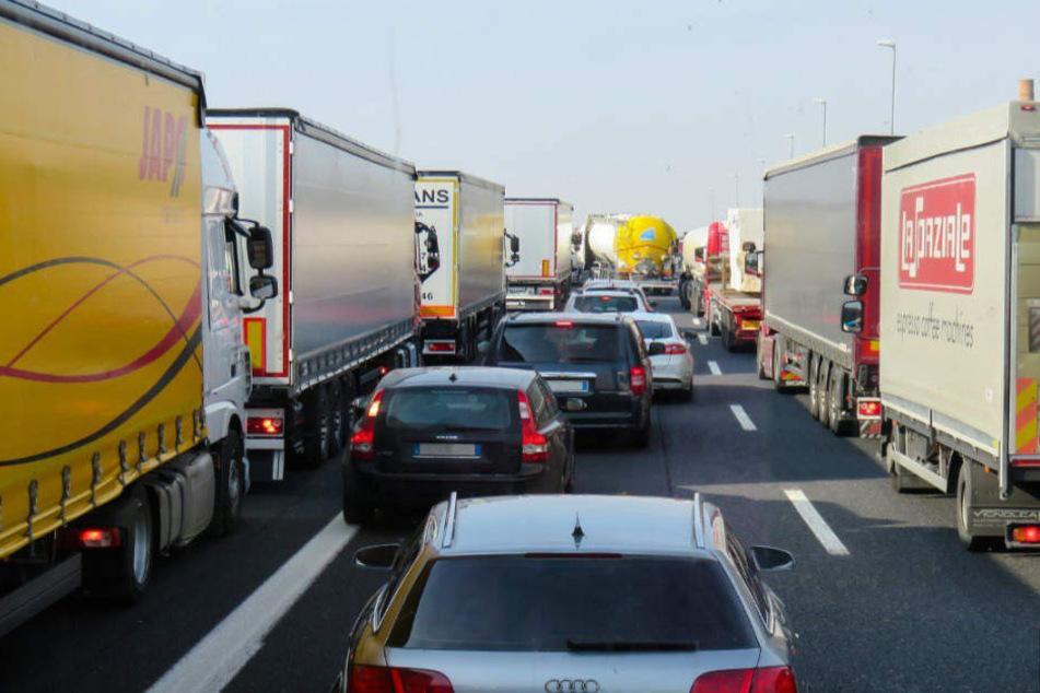 Wegen des Unfalls ist die A1 gesperrt.