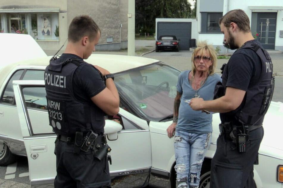 Bert Wollersheim mit zwei Polizeibeamten.
