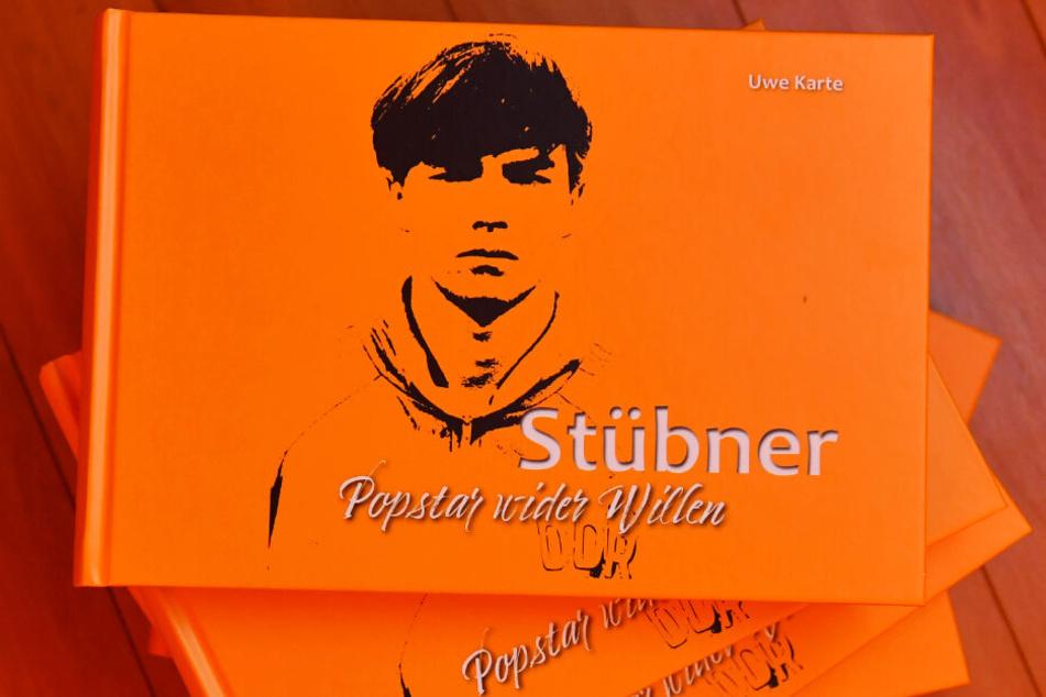 Das Buch über Ex-Dynamo und DDR-Nationalspieler Jörg Stübner. Das bewegende Werk kostet 24,90 Euro und kann im Internet unter uwekarte.de bestellt werden. Bei der Präsentation ging es weg wie warme Semmeln.