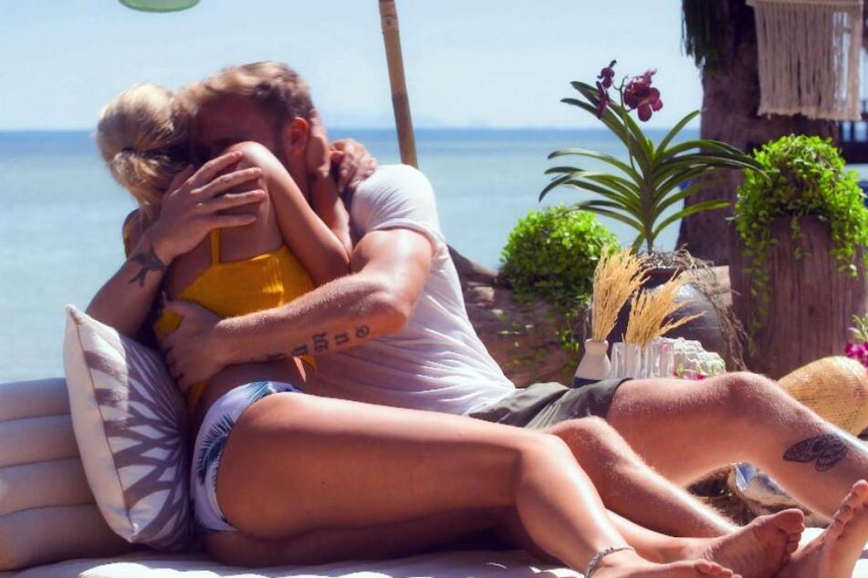 Beim romantischen Date am Strand kam es zum ersten Kuss zwischen Janina Celine und Christian.