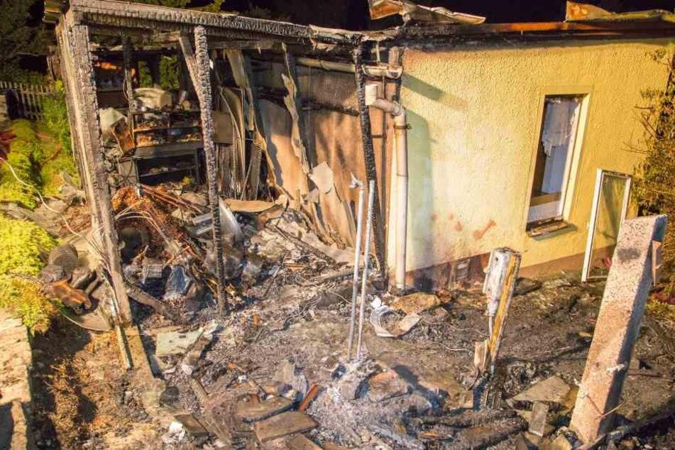 Der Schuppen brannte bis auf die Grundmauern nieder.