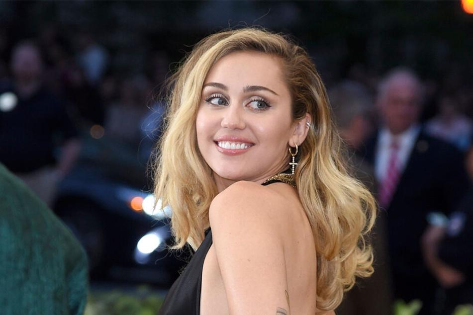 Fans von Miley Cyrus müssen derzeit stark sein, denn die US-amerikanische Sängerin und Schauspielerin liegt wegen einer Mandelentzündung im Krankenhaus.